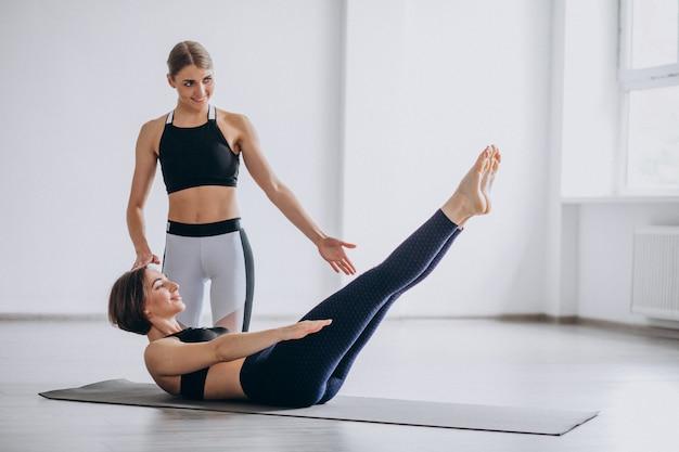Mulher, prática, ioga, em, a, ginásio, com, a, instrutor