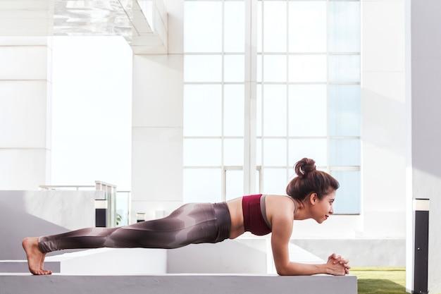 Mulher, prática, ioga, frente, um, grande, janela