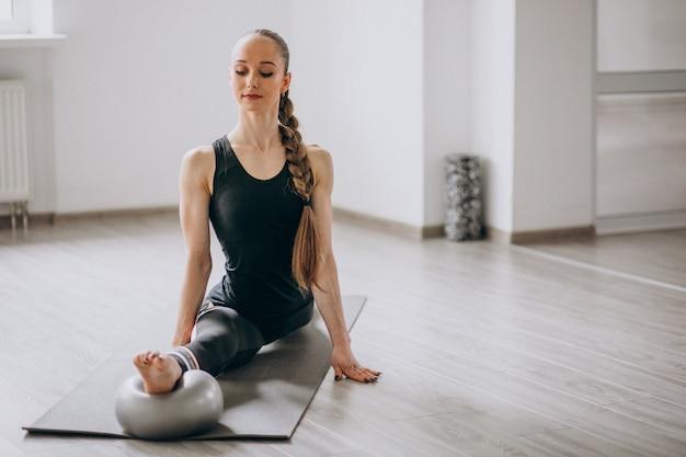 Mulher, prática, ioga, ligado, um, tapete