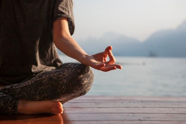 Mulher, prática, ioga, por, um, lago