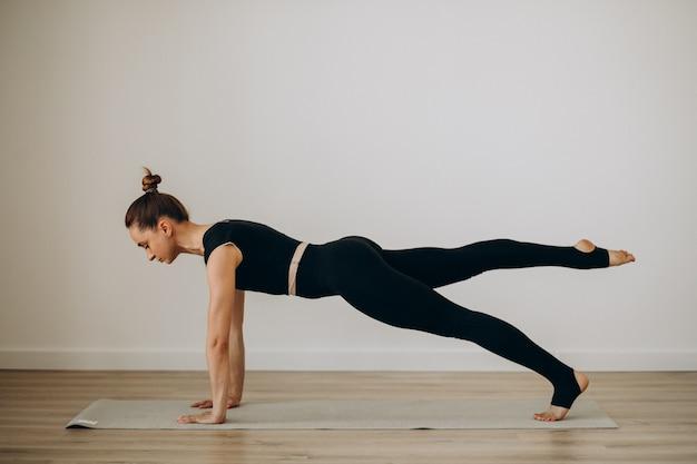 Mulher prática pilates no ginásio de yoga