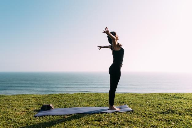 Mulher pratica vinyasa yoga. copie o espaço