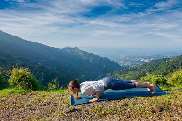 Mulher pratica yoga asana chaturanga dandasana