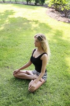 Mulher praticando ioga ao ar livre