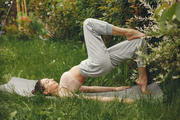 Mulher praticando ioga avançada em um parque