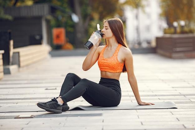 Mulher praticando ioga avançada em uma cidade de verão