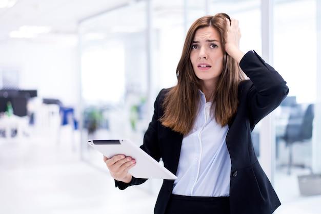 Mulher preocupada com um tablet
