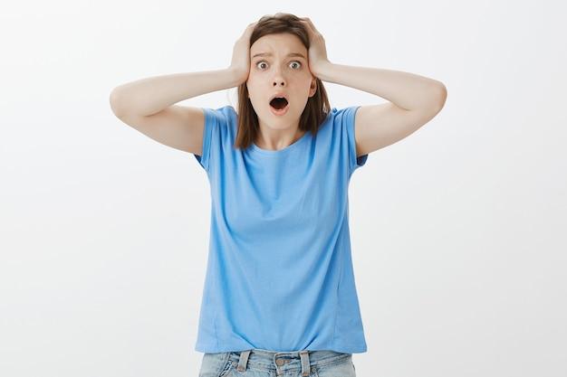 Mulher preocupada e ansiosa com dificuldade para reagir a algo terrível, situação ruim