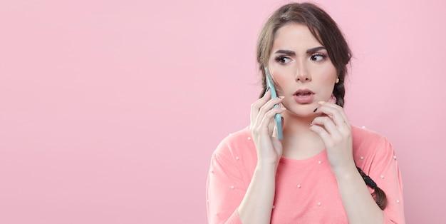 Mulher preocupada, falando ao telefone com espaço de cópia