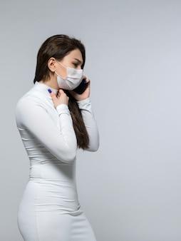 Mulher preocupada, falando ao telefone