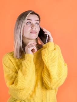 Mulher preocupada, falando no telefone