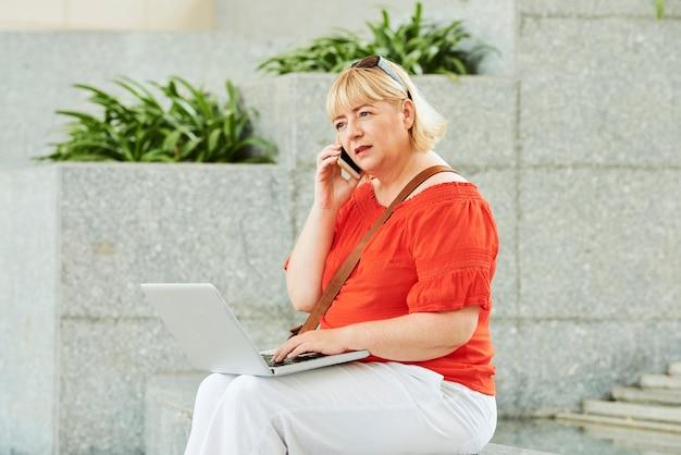 Mulher preocupada fazendo ligação