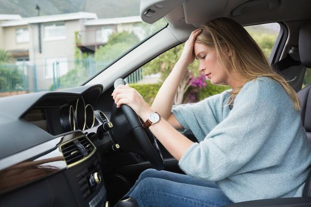 Mulher preocupada sentada no assento dos motoristas
