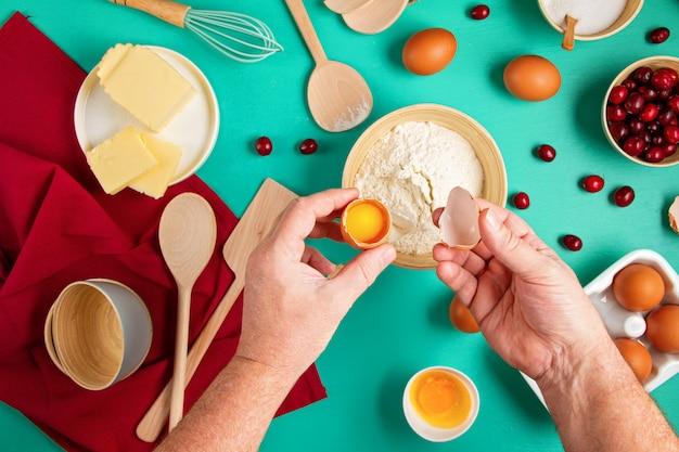 Mulher prepara sobremesa com ingredientes de panificação