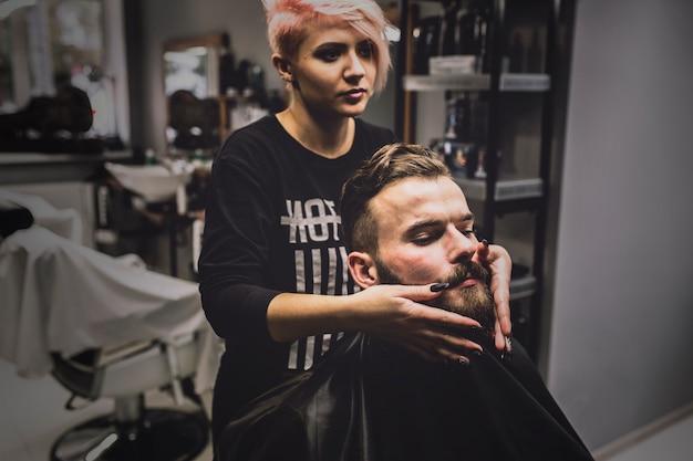 Mulher preparando o homem para preparar