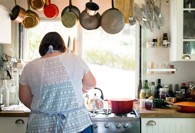 Mulher preparando o jantar na cozinha