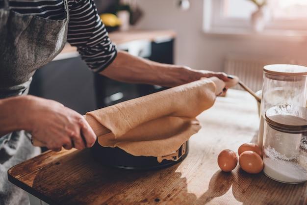 Mulher, preparar, torta, massa crosta