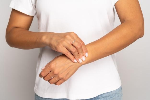 Mulher pressionando os dedos no pulso verificar pulso feminino toque braço medir batimentos cardíacos ou pressão arterial