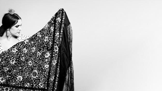 Mulher preto branco, segurando, manila, xaile