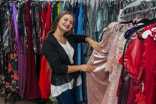 Mulher procurando vestido de noite na loja