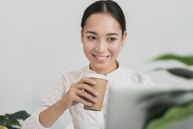 Mulher produtiva, bebendo café