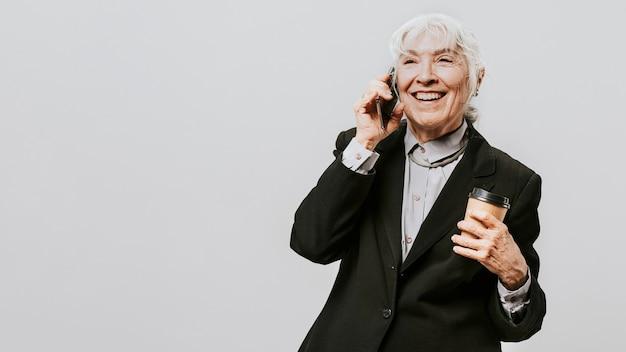 Mulher profissional com um café em um terno preto