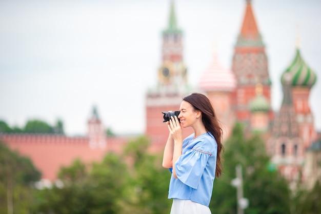 Mulher profissional fotógrafo tirando uma foto da cidade