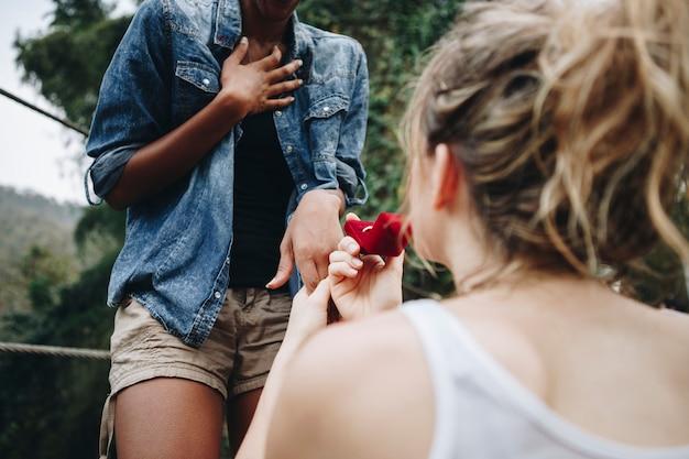 Mulher, propondo a ela feliz namorada ao ar livre amor e casamento conceito