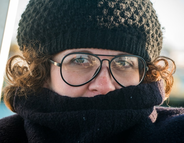Mulher próxima com boné e óculos