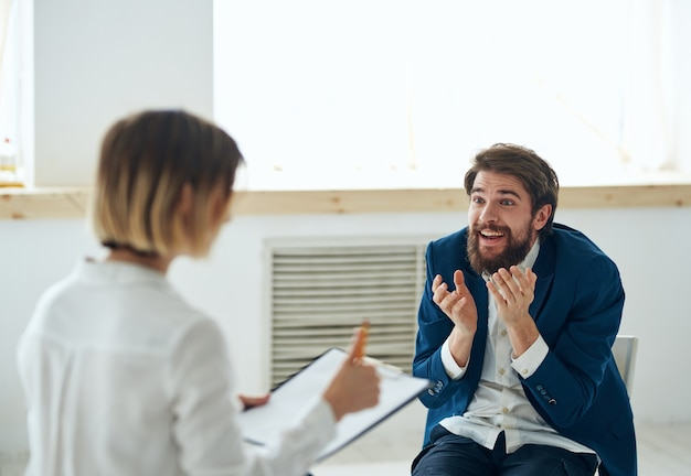 Mulher psicóloga consulta paciente comunicação problema tratamento