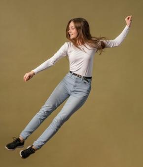 Mulher pulando no ar