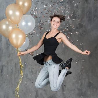 Mulher, pular, com, balões alaranjados