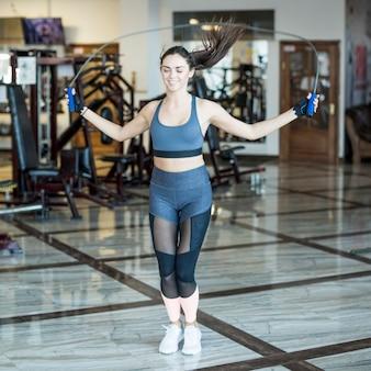 Mulher, pular, com, corda, em, ginásio