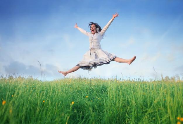 Mulher, pular, um, campo