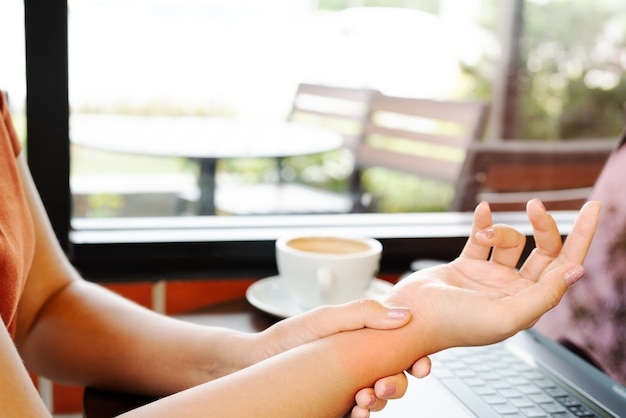 Mulher pulso mão braço dor tempo uso mouse trabalho. conceito de cuidados de saúde e medicina de síndrome de escritório