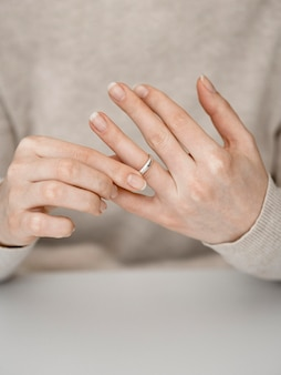Mulher, puxando, anel casamento