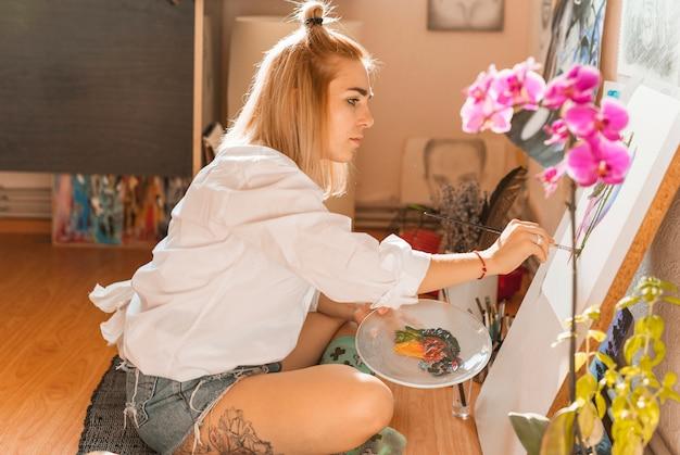 Mulher, quadro, com, aquarela, em, estúdio