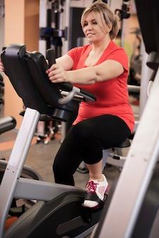 Mulher que adora exercícios aeróbicos