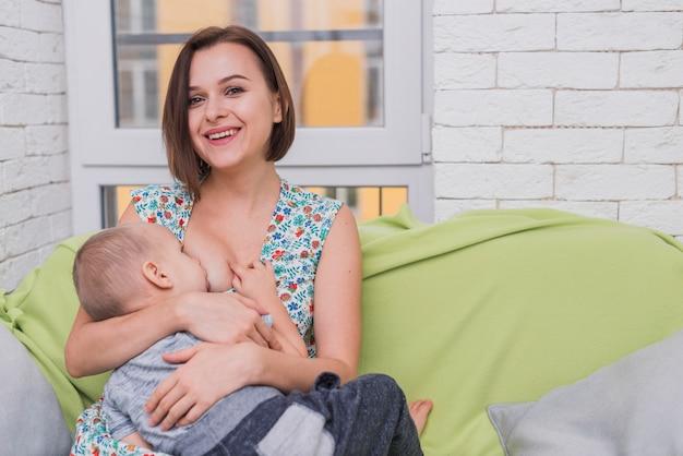 Mulher que alimenta seu filho