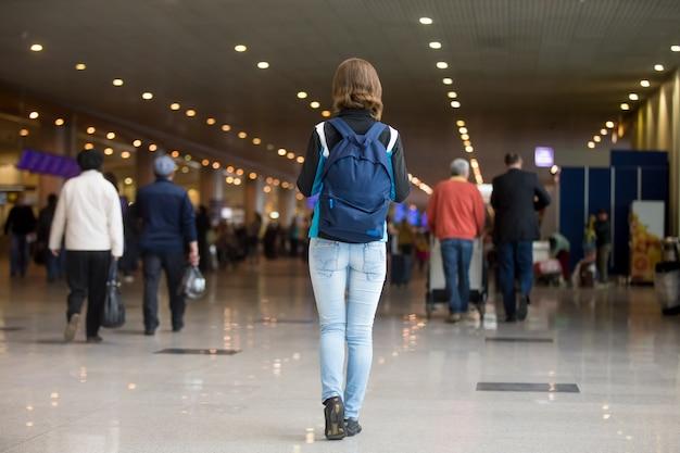 Mulher que anda com uma mochila Foto Premium
