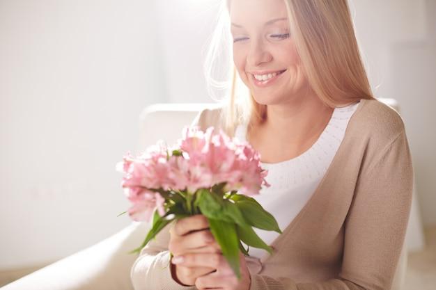 Mulher que aprecia a fragrância