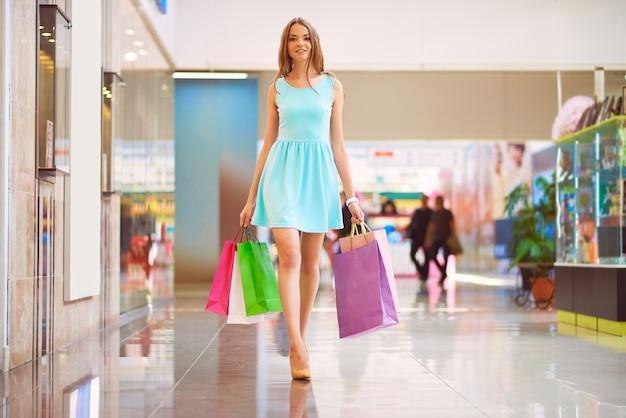 Mulher que aprecia um dia de compras