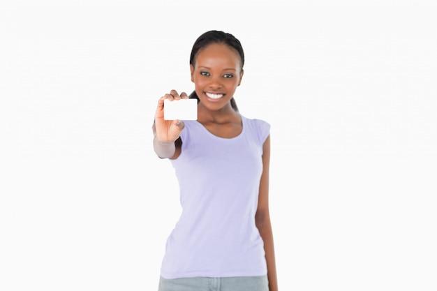 Mulher que apresenta o cartão de visita no fundo branco