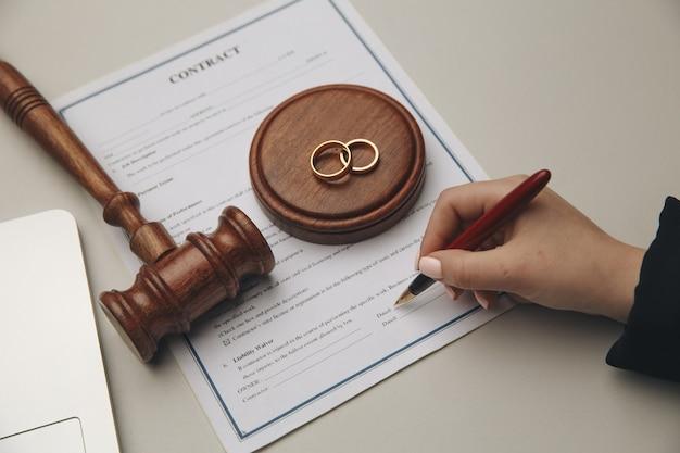 Mulher que assina o contrato de casamento, closeup.