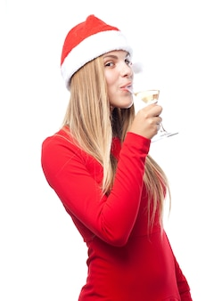 Mulher que bebe com um chapéu de papai noel