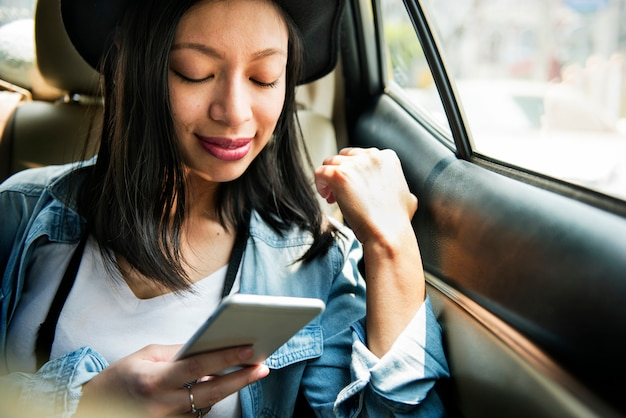 Mulher que conecta o conceito esperto da consultação do telefone