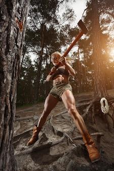 Mulher que corta com um machado em alta