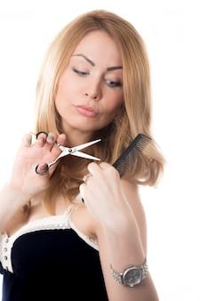 Mulher que corta seu cabelo