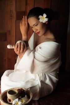 Mulher que dá-se uma massagem