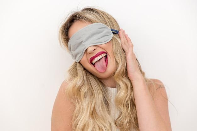Mulher que dorme com máscara de olho